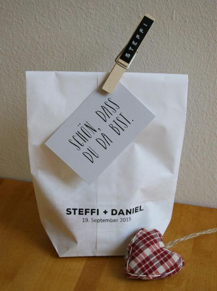 Braune und weisse Geschenktüten aus Kraftpapier erhalten Sie von uns bedruckt oder mit einem Prägeband mit Namen beklebt. Gern fertigen wir Ihnen auch die Namensklammern. Ideal als Platzkarten, wunderschön kombiniert mit Herzen, Zweigen oder Kärtchen. Vieles ist möglich bei www.aylando.de