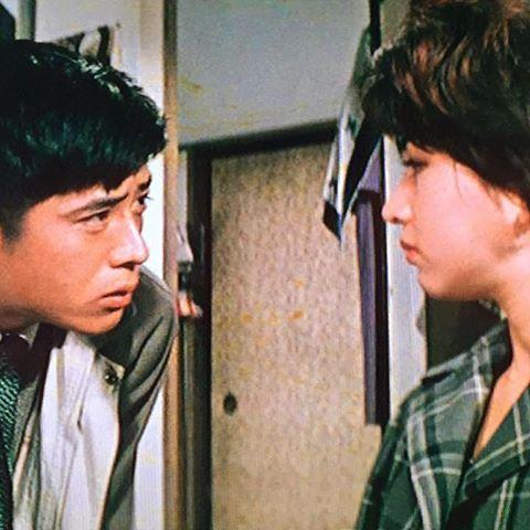 闇を横切れ(1959) 増村保造監督作品。市長選挙を巡って勃発した連続殺人を新聞記者の石塚(川口浩)が追う。共演に叶順子、山村聰。この映画は音楽を使っていないのだが、増村監督らしい独特のカメラワークが印象的なシーンを形作っている。個人的に、川口浩の造作が好き。何というか、いかにも「この時代の日本の、ちょっとシュッとしてるサラリーマン」という顔立ちだからか。台詞回しのぶっきら棒な感じもいい。ストリッパー役の叶順子も可愛い。 #川口浩 #叶順子