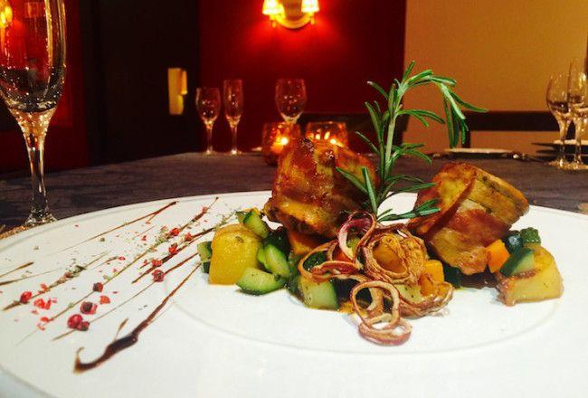 Lombinho de porco corado envolto em bacon fumado, com molho de vinho da Madeira, servido com batata dourada e estufado de legumes, no Holiday Inn Porto Gaia