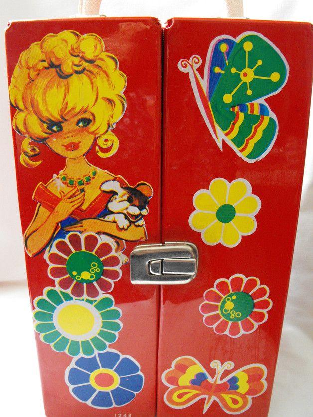 Hier biete ich ein Spielzeugkoffer von Theia aus der 70er Jahre. In roten Vinyl mit typische Motive, Mädchen, Blumen und eine Maus, mit Serial Nummer 1248. Mit 19 Puppen-kleiderbügel inklusive...