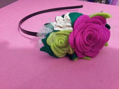 Cerchietto con fiori di feltro fatto a mano