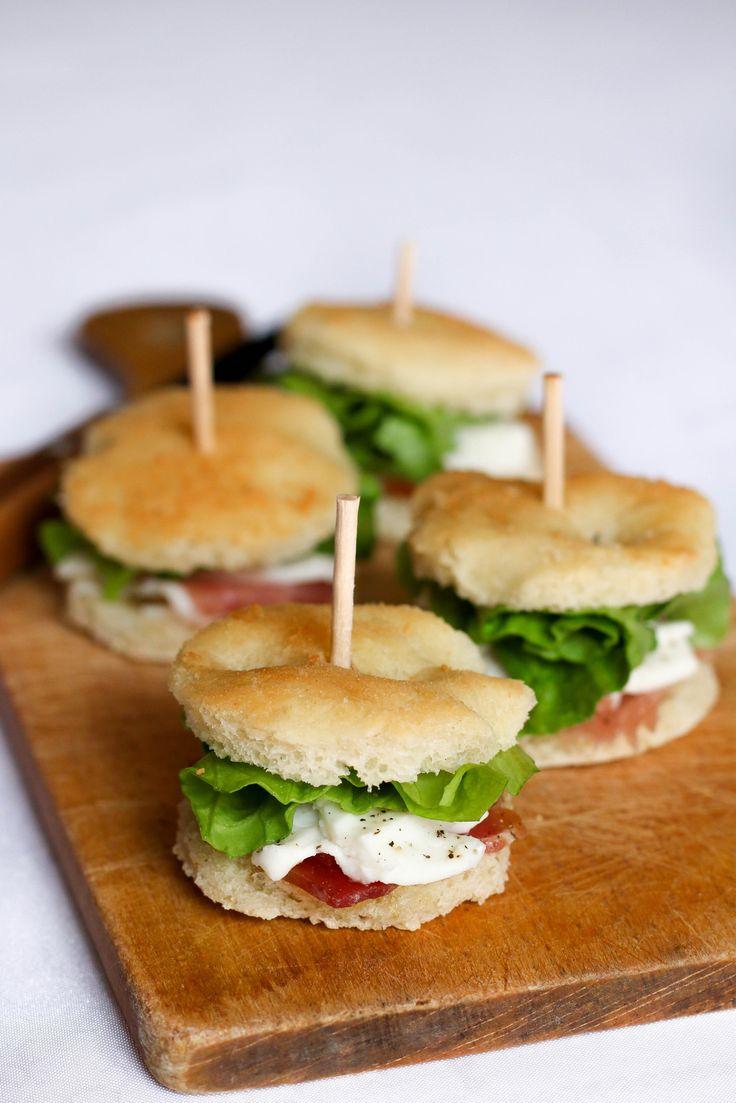 « La focaccia est un pain plat italien originaire de la région de Gènes, et dont le nom provient vraisemblablement du latin focus (foyer), comme l'appelaient les Etrusques qui cuisaient le pain sur des pierres chaudes. La base de la pâte de la focaccia...