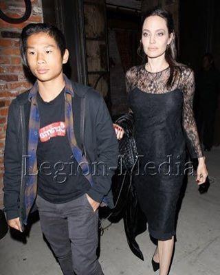Анджелина Джоли провела День матери вместе со своим сыном Паксом.  Больше фото на www.legion-media.ru ��  #legionmedia #легионмедиа #news #новости #celebrity #знаменитости #paparazzi #папарацци #AngelinaJolie http://tipsrazzi.com/ipost/1515251271454830943/?code=BUHQQDUhjFf