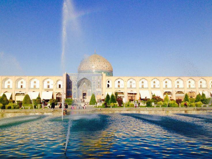 Isfahanliegt in Zentral-Iran, rund 400 Kilometer südlich von der Hauptstadt Teheran.Im Süden und Westen der Stadt erheben sich die Bachtiari-Berge, und im Norden und Osten erstreckt sich die iran…