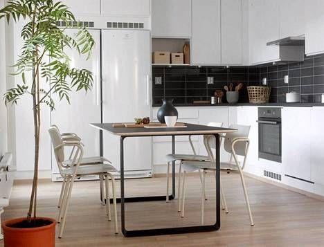 Keittiön ruokapöydän 70/70 Muuto -tuolit ovat kuin suoraan vanhasta luokkahuoneesta.