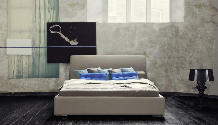 Minimalistyczne łóżko Louis firmy Dormi Design. Prostą formę przełamuje wygięte wezgłowie, dodając ciekawego, niebanalnego wyglądu.  http://www.mega-meble.pl/produkt-LOZKO_LOUIS-418