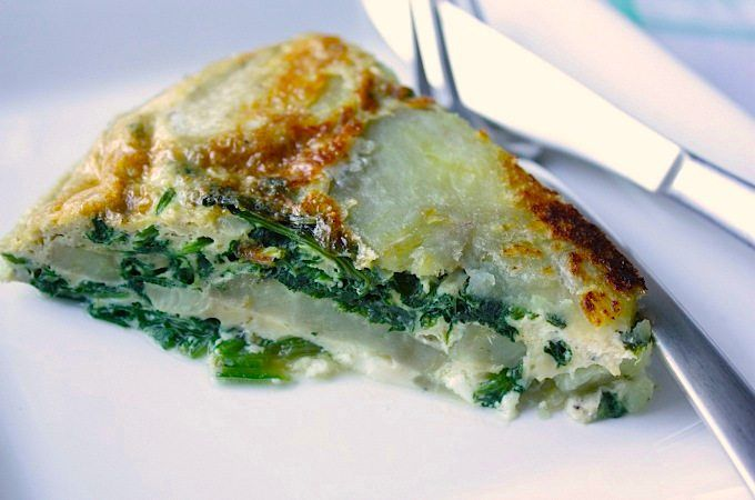 Dit vegetarische recept voor omelet met spinazie, zoete aardappel en feta is een heerlijke doordeweekse maaltijd voor het hele gezin.
