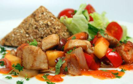 Enkel og smaksfull kyllingrett med klassisk salat