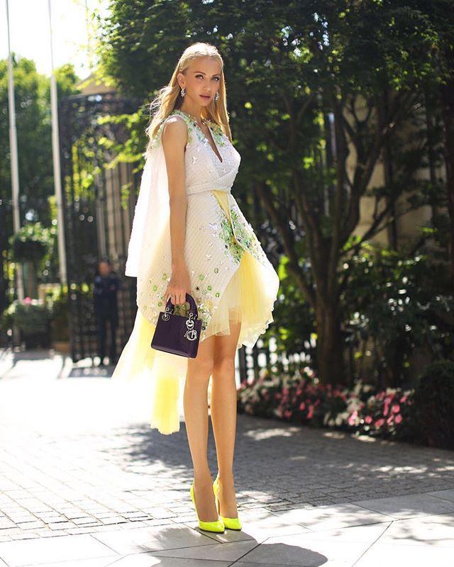 @tati_vk отлично справляется с непростым жанром стритстайла в условиях тридцатиградусной парижской жары. Некоторые особо остроумные модницы переименовали эту неделю высокой моды в HOT couture. Танин лук перед показом #diorcouture - платье #delpozo лодочки #duccioventuri сумка #dior  via TATLER RUSSIA MAGAZINE OFFICIAL INSTAGRAM - Celebrity  Fashion  Haute Couture  Advertising  Culture  Beauty  Editorial Photography  Magazine Covers  Supermodels  Runway Models