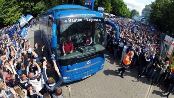 Riesen-Unterstützung! Hunderte Fans empfangen den HSV-Mannschaftsbus
