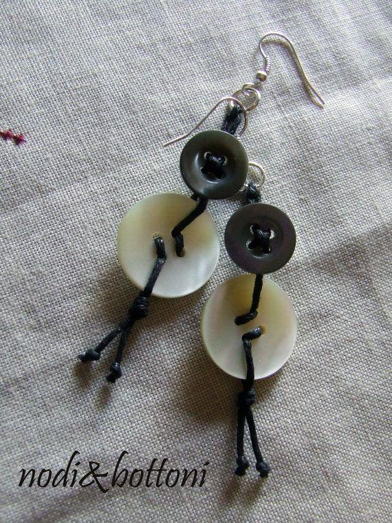 Orecchini pendenti grigio e bianco madreperla di nodiEbottoni, $11.00