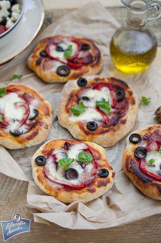 Ziołowe pizzerki z chorizo i oliwkami