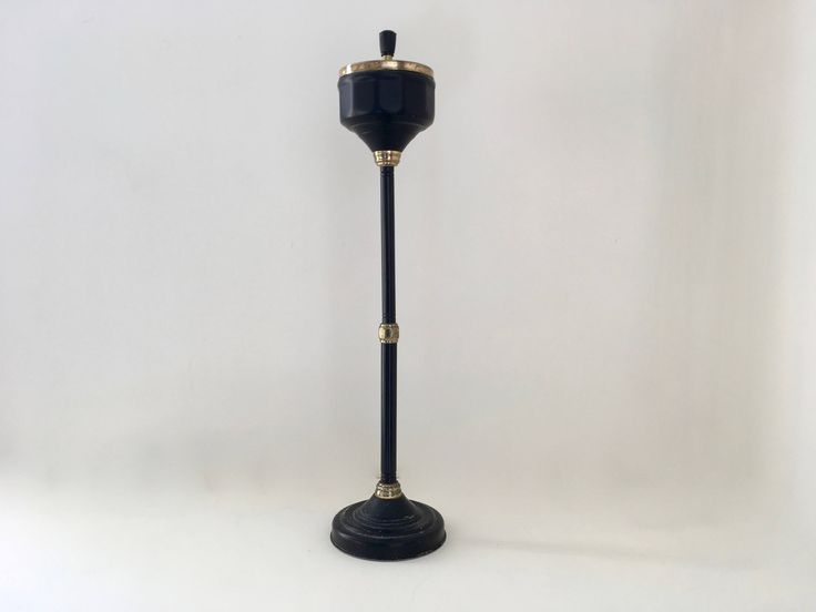 Cendrier sur pied métal noir et or Vintage black and gold iron pedestal ashtray de la boutique Rustybroc sur Etsy