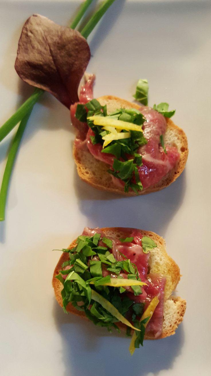 Crostini di pane Toscano con carpaccio di manzo, rucola fresca e olio extra vergine d'oliva All rights reserved www.guidilenci.com