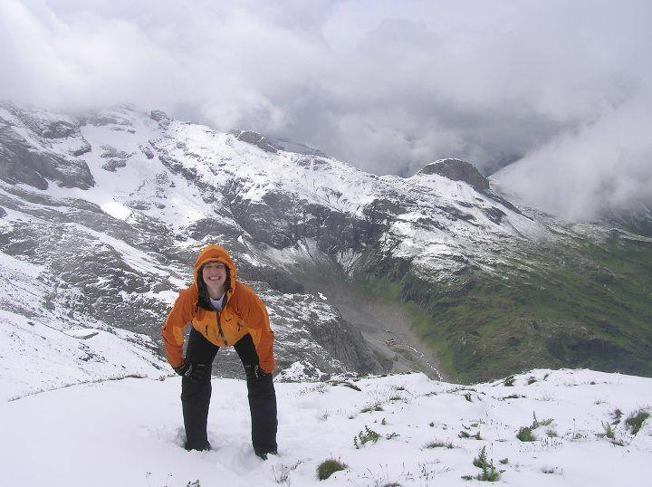 """Bára Kvasničková """"Né každej si vybere kadící pozici i výraz na památkové vrcholové foto.."""" Švýcarsko"""