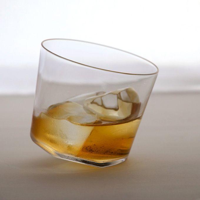 傾くグラス