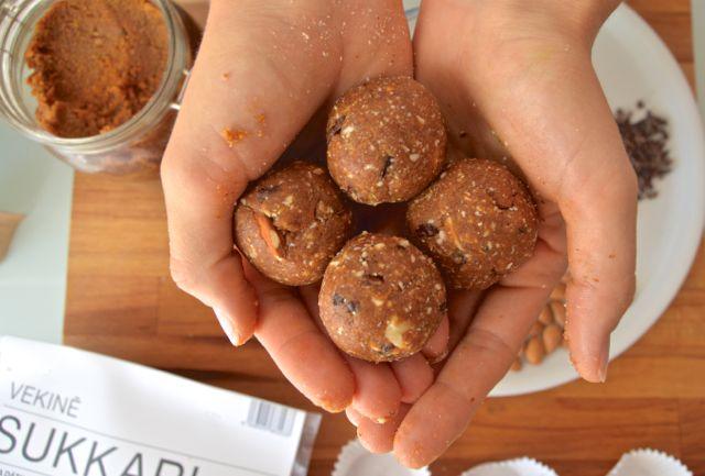 Compartimos la receta de las famosas #blissballs bolas energéticas hechas de dátil y frutos secos. Son perfectas para llevar a la excursión o al trabajo #singluten #sinazúcar #sinlactosa https://www.vekine.com/blogs/recetas/bolas-energeticas-de-la-pasta-de-datil-sukkari
