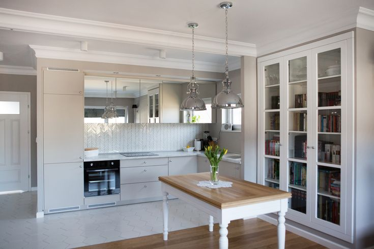 Nasze meble kuchenne w nowoczesnym stylu z wykorzystaniem frontów w kolorze RAL. Dodatkowy atut frontów górnych to ich lustrzane wykończenie, które optycznie powiększa przestrzeń.  #meblekuchenne #kuchnia #białakuchnia #meblenawymiar #filmarmeble #wnętrza #furniture #kitchen #interior #homedecor #lustrzanefronty #frontyral