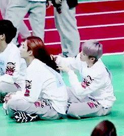 Tn: QUÍTATE ENANO!!!! -empujas a Woozi- LA ÚNICA PERSONA QUE TOCA SU CABELLO SOY YO!!! -abrazas posesivamente a Jeonghan-
