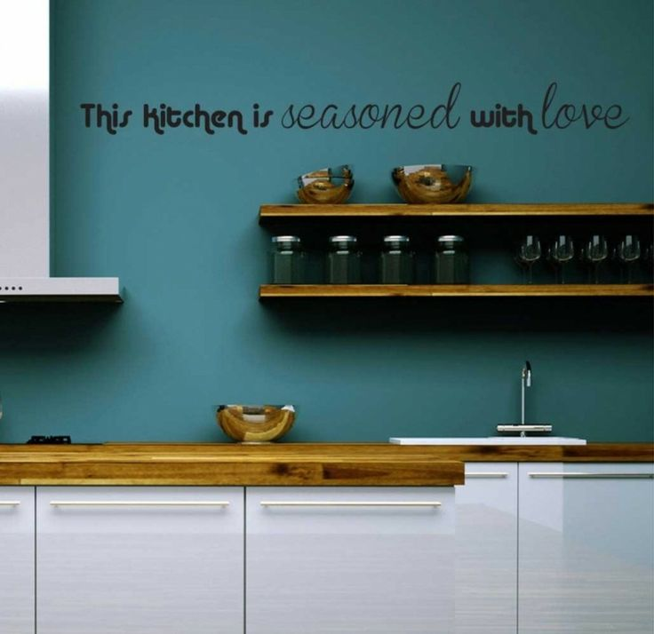 déco murale pour cuisine avec texte noir collé sur mur bleu