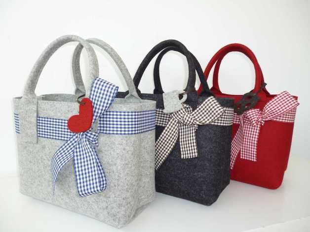 Bezaubernde Handtasche aus 3 mm starkem, hochwertigem Wollfilz mit eingezogener Vichy-Schleife und Anhänger.  Die schöne Filztasche in einem nicht zu kleinen und auch nicht zu großem Format ist...