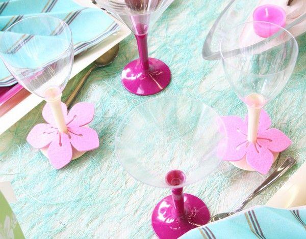 Voici une astuce pour rendre les pieds de vos verres totalement uniques : décorez-les grâce à nos hibiscus en feutrine.