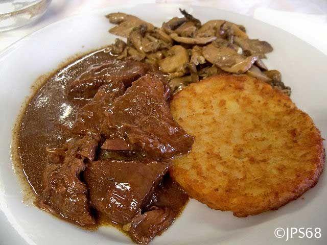 Recette du sauté de chevreuil à la sauce forestièrepour 6 personnes. Cuisson : 1 h 30, 1 kg chevreuil, 40 g farine, 2 dl vin blanc,1 cuillère tomate concentrée