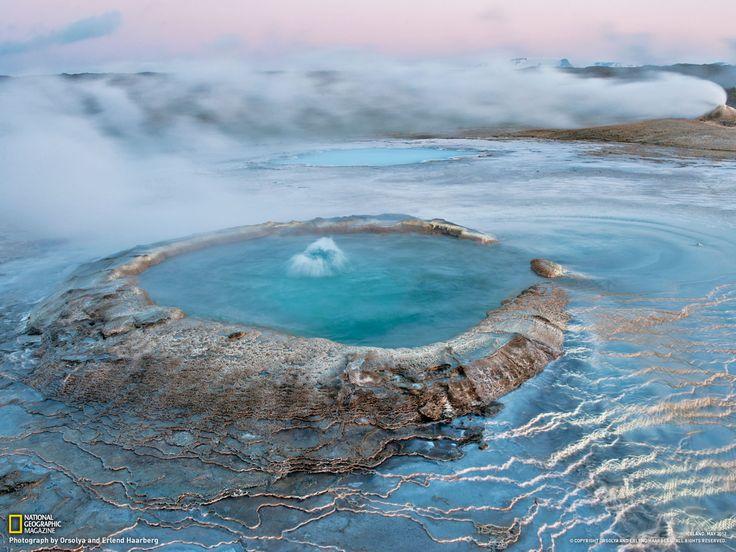 """AHveravellir - che significa """"sorgenti calde nella pianura"""" - sottili formazioni di geyserite si formano alla base di una bocca man mano che l'acqua si raffredda. Un noto fuorilegge del XVIII secolo, Fjalla-Eyvindur, visse qui al caldo per anni, cibandosi delle pecore rubate dai pascoli estivi.    Fotografia di Orsolya e Erlend Haarberg National geographic"""