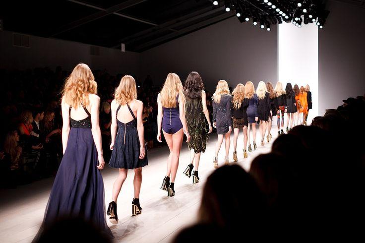 Czas na wybór odpowiedniej kreacji studniówkowej lub karnawałowej. Nie wiesz, co jest modne w tym sezonie? Spójrz na nasze wskazówki. Bal studniówkowy to bardzo ważne wydarzenie dla każdej maturzystki. Zazwyczaj jest to pierwsza okazja, gdzie młoda kobieta może pojawić się na eleganckim... http://kobieta.twojachwila.eu/wieczorowe-kreacje-na-bal-studniowkowy/