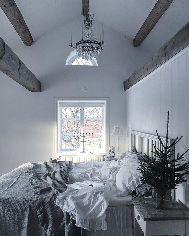 Här lär man sova gott inatt:) Rena och fräscha sängkläder #myhome #sovrum #bedroom #sleepingroom #träbjälkar #skönahem #drömhem #dromhjem #rustikt #skandinaviskahem #skandinaviskehjem #nordiskdesign #nordiskhjem #nordiskahem #nordicwellness #nordiskehjem #mittlantligahempålandet