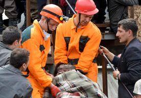 15-May-2014 6:54 - GEHUIL IN HEL VAN SOMA GAAT DOOR MERG EN BEEN. Politieagenten vormen in het Turkse Soma een soort erehaag. Mijnwerkers met vervuilde gezichten lopen langzaam en zo waardig mogelijk met de...