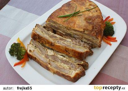 Zapečené řízky naruby se podávají vyklopené na oválném talíři a porcují se nožem napříč jednotlivými plátky masa