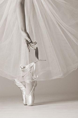 Ballet l BALLERINA l on pointe | pinned by http://www.cupkes.com/