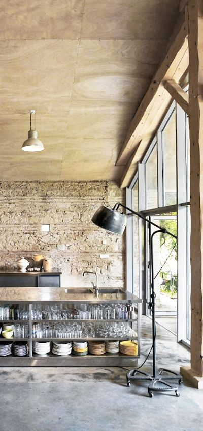 Inspiratiebeeld molitli keukens op maat makers. #stalen pui #betonstuc vloer #stenen wand