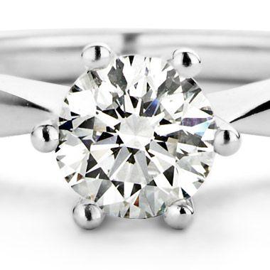 Deze ring gezet met kleurstenen van Diamond Point is vervaardigd uit 14 karaat witgoud (3.9 gr.) en is gezet met een smaragd en 32 briljant geslepen diamanten met een totaalgewicht van 1.02 ct.