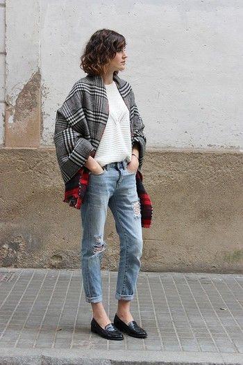 ダメージ加工のジーンズも黒ローファーと合わせれば、小粋な表情に。白いセーターにさらりとはおったタータンチェックのストール、色の合わせ方も重くならず絶妙。