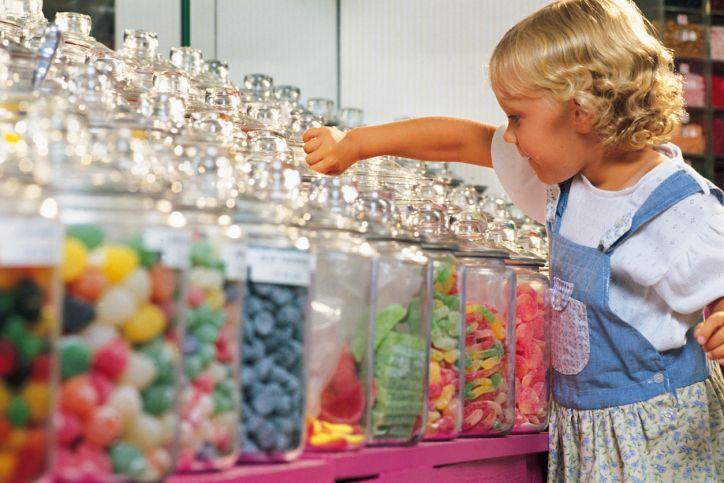 L'IPERATTIVITA' come la scarsa attenzione di alcuni bambini può essere ricollegata all'uso di acuni tipi di caramelle, snak, bevande analcoliche gassate e non, prodotti da forno e dessert contenenti additivi alimentari tossici, sintetici o chimici.