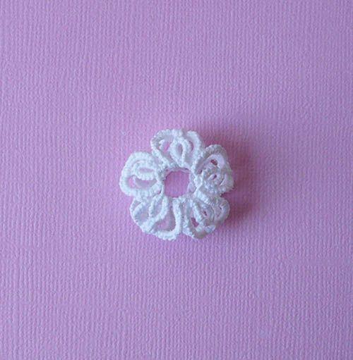 Voici mon tuto pour durcir et mettre en forme un petit motif en frivolité, dentelle ou crochet, avec de la Maïzena :  Il faut : – De la Maïzena – De l'eau – Du papier …