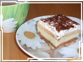 buchta líné ženské* 4 balíčky Bebe sušenek - dva světlé a dva tmavé * marmeláda * 3 vanilkové pudingy na 1 litr mléka * 2x zakysaná smetana (+ 1x šlehačka nemusí být) * strouhaná čokoláda nebo čokoládové zdobení