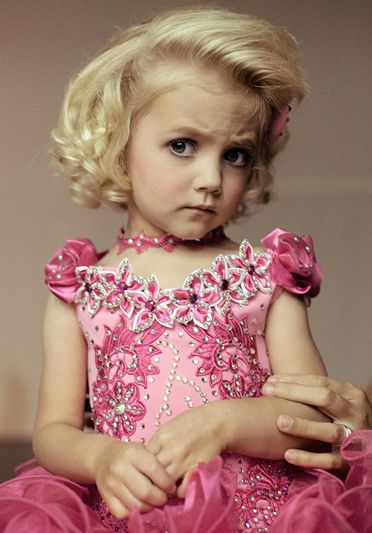 Laerke Posselt (Agence Vu) Una bambina al concorso di bellezza Big trophy pageant di Vidalia, in Georgia, Stati Uniti. Dalla serie Beautiful child.