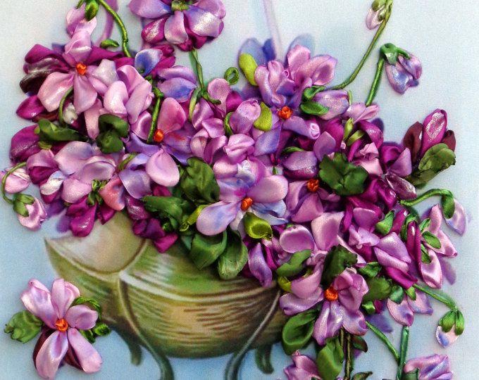 Violette, quadro ricamato con nastro, ricamo con nastro, nastro di seta, quadro di fiori ricamati.