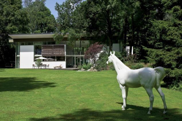 Biały koń w ogrodzie - od razu widać, że w tym domu mieszka artysta.