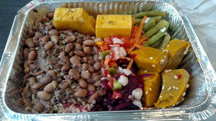 Vegan fora de casa: arroz integral, feijão carioca, sementes de linhaça, polenta frita, salada de beterraba, cenoura e vagem e, por fim, abóbora cozida em pedaços. Yummy 💦