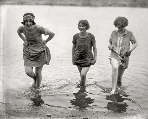 : 1920 S, Vintage Items, At The Beaches, Vintage Pictures, Spring Fashion, Old Photo, Bath Beautiful, 1920S, Vintage Photo