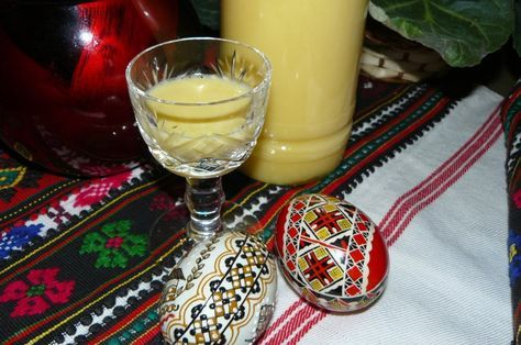 Lichior de ouă pentru sărbători din categoria Cocktailuri si lichioruri. Cu specific romanesc.. Cum sa faci Lichior de ouă pentru sărbători
