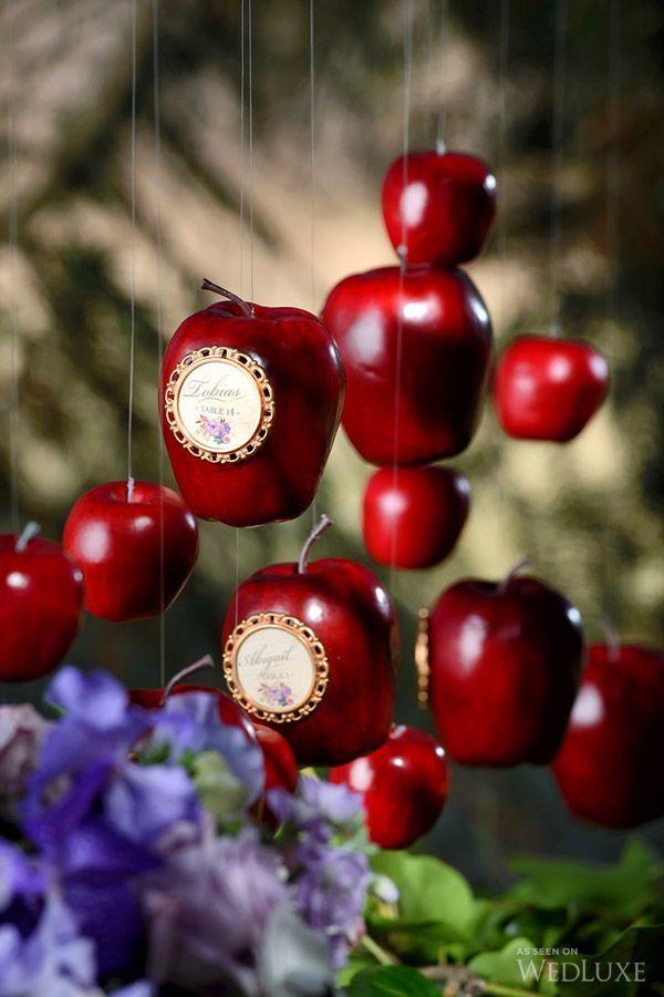 吊り下げたリンゴにゲストの名前を☆ 個性的な赤いエスコートカードまとめ。結婚式で使うエスコートカード・席札一覧。