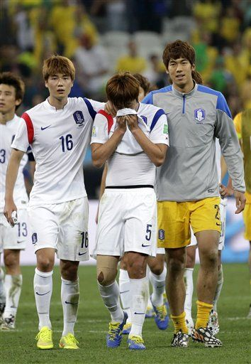 South Korea's Kim Young-gwon, center, is comforted by his teammates Ki Sung-yueng, left, and goalkeeper Lee Bum-young, right, after the group H World Cup soccer match between South Korea and Belgium at the Itaquerao Stadium in Sao Paulo, Brazil, Thursday, June 26, 2014. (AP Photo/Felipe Dana) ▼26Jun2014AP|With South Korea's loss, Asia out of World Cup http://bigstory.ap.org/article/south-koreas-loss-asia-out-world-cup #South_Korea_Belgium_group_H #Brazil2014