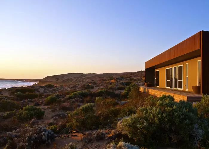 Situated on a secluded beachfront, Camel Beach House is a contemporary luxury beach retreat on the Eyre Peninsula, South Australia.