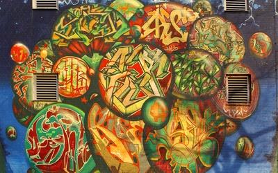 ღღ graffiti kunstwerk auf Hausfassade in Berlin Charlottenburg