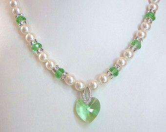 Perla de Swarovski Peridot y collar de cristal - blanco Swarovski perlas y corazón de cristal de Peridot - bodas, novias, damas de honor